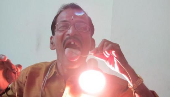 رجل هندى يتمتع بمناعة قوية ضد الكهرباء Raj-Mohan-Nair2-550x315
