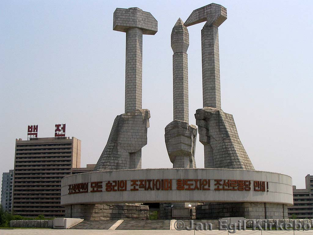 Cain entierra a su hermano Abel en 75 (1937) Pyongyang-party-monument