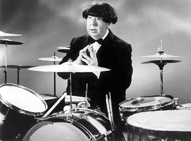 Imagenes cinéfilas - Página 3 Alfred-Hitchcock-wearing-a-Beatle-wig-1964