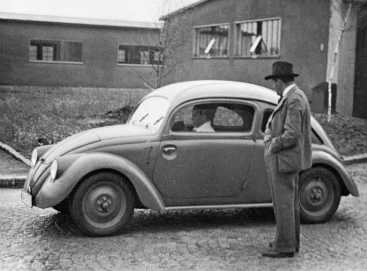Porsche Diésel Super 50 - Universal Hobbies 1/43 Ferdinand-porsche-1937-in-front-of-a-vw-prototype-w30