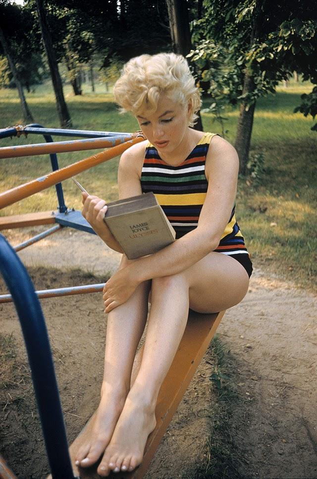 Les éditions de livres en langue anglaise low cost Marilyn%2BMonroe%2BReads%2BJoyce%E2%80%99s%2BUlysses%2Bat%2Bthe%2BPlayground%2C%2B1955%2B(1)