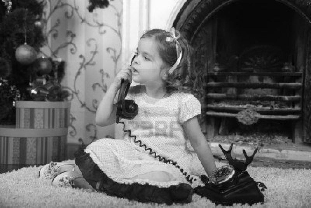 ΤΗΛΕΦΩΝΟ 8653844-little-girl-in-dress-talking-vintage-phone