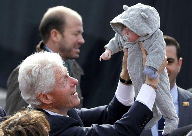 الصور الأكثر كوميدية للسياسيين العالميين لعام 2013 Top-politics-offbeat-photos-211212-630-09-JPG-093849-jpg_213054