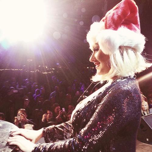[The Voice 3] [Fotos+Videos] Christina Aguilera cantando con el #TeamXtina en la fiesta de despedida de The Voice Tumblr_mfampmzrzs1rk0jjfo1_500