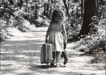 Bienvenidos al nuevo foro de apoyo a Noe #278 / 05.08.15 ~ 10.08.15 - Página 40 Bambina-con-valigia-di-spalle_n