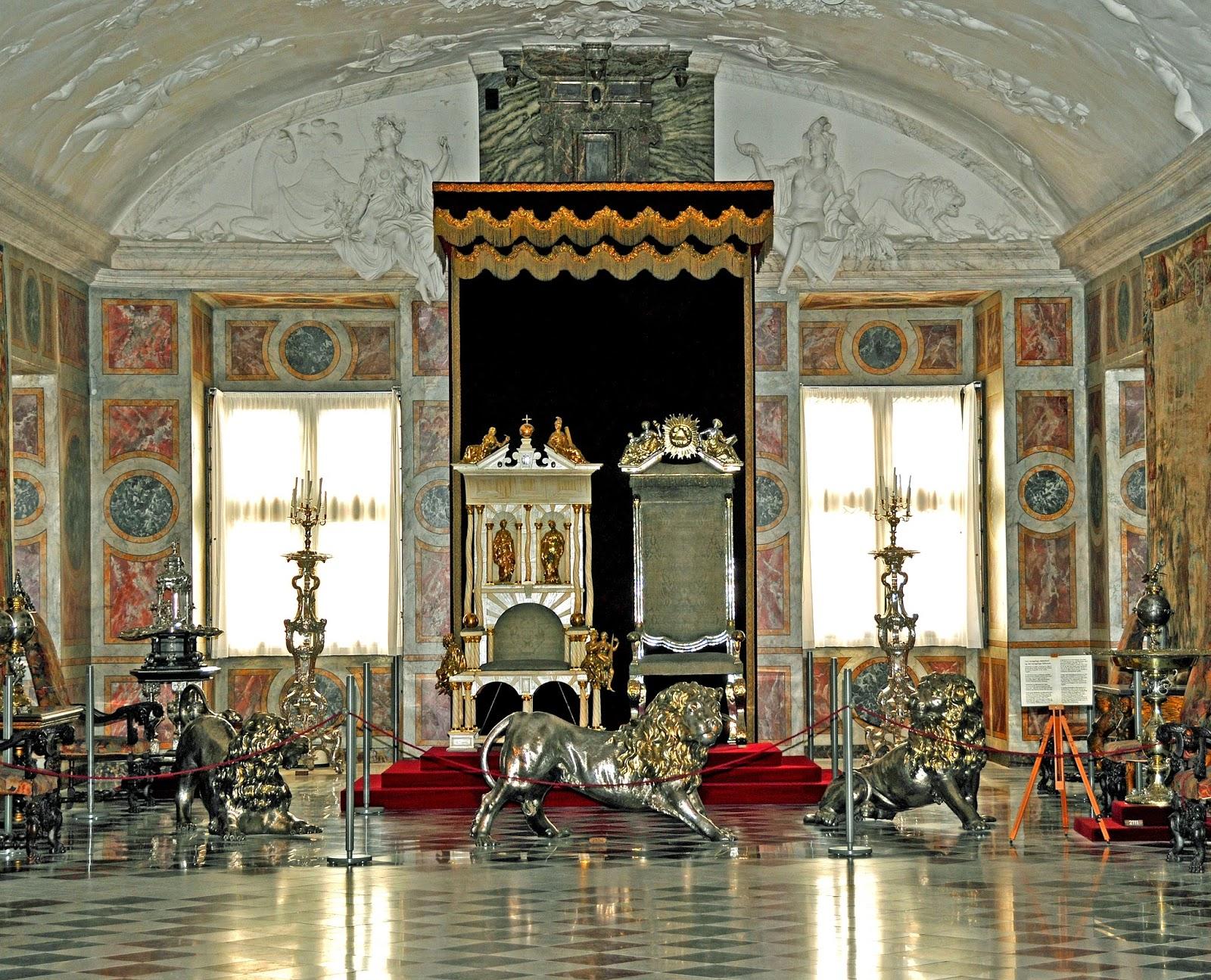 El trono de cuerno de unicornio del Reino de Dinamarca Rosenborg_Castle_-_throne_room
