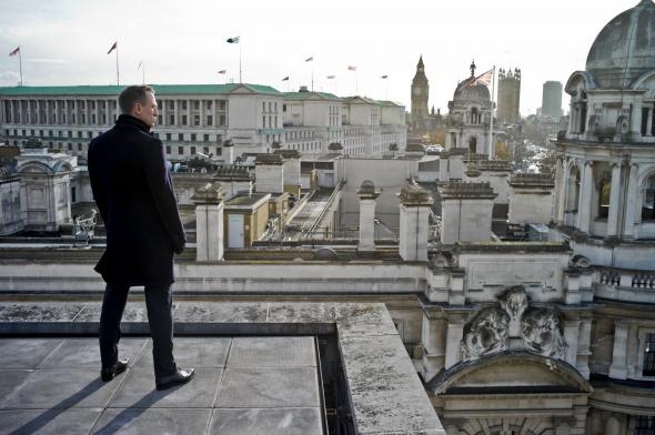 Le top 11 des films tournés à Londres Skyfall-2012-002-bond-surveying-westminster-rooftops