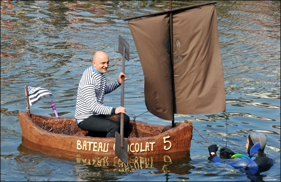 الإبحار في قوارب من الشوكولاتة بجنوب فرنسا  Choco_boat11