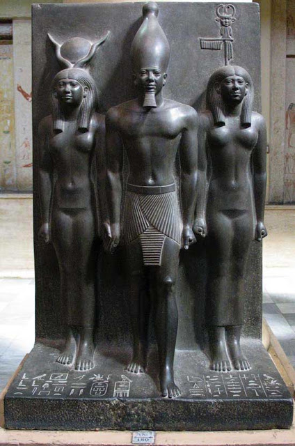Giza – the Time Machine  Menkaure_queens