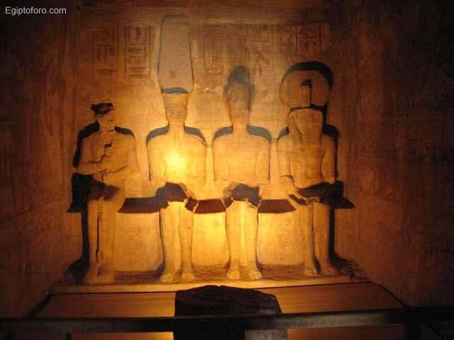 LUGARES EMBLEMÁTICOS DEL MUNDO Dioses_del_templo_de_Abu_Simbel
