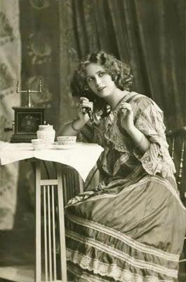 ΤΗΛΕΦΩΝΟ Side_profile_of_a_young_woman_talking_on_the_phone_1930_1539-221