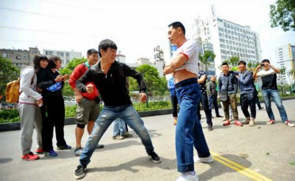 صيني يحول جسده الى كيس ملاكمه 3