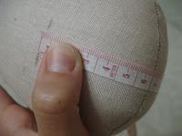 Надежда Панькив Как закрепить ноги зайки, чтобы он уверенно стоял? (пуговично-нитяное крепление) DSC08577