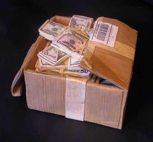 فنان يصنع النقود من الخشب 9