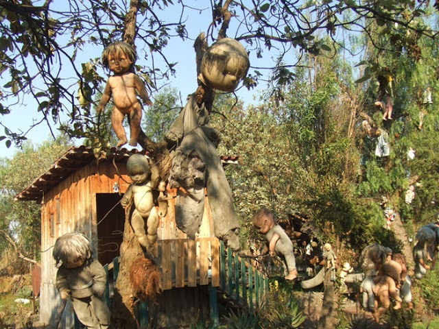 رعب على ارض الواقع في  جزيرة الدمي المشوهه  Island-of-dolls-11%5B2%5D