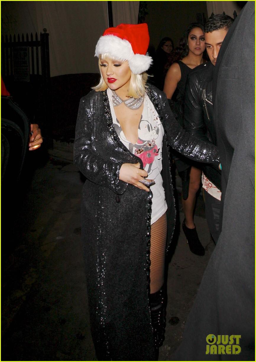 [Fotos] Christina Aguilera celebra su cumpleaños en la fiesta de despedida de The Voice 3 Christina-aguilera-sexy-santa-at-birthday-party-01