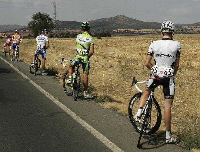 Ventajas de ser mujer vs ventajas de ser hombre - Página 7 Ciclistas_meando