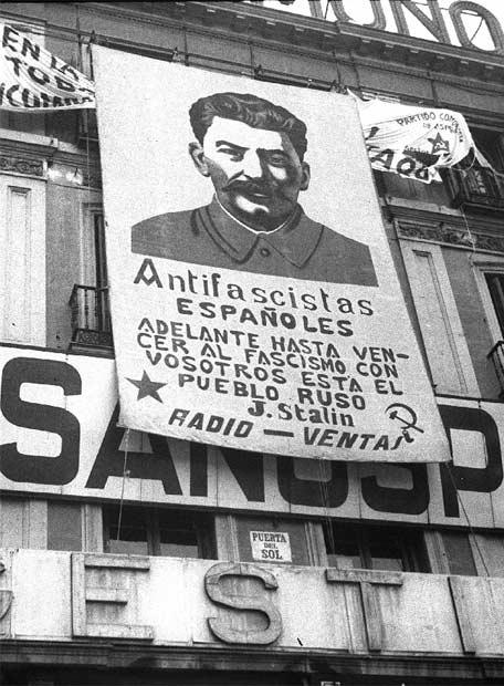 Las banderas soviéticas son desempolvadas en Cáceres Cartel_retrato_frases_Stalin_colocado_Puerta_Sol
