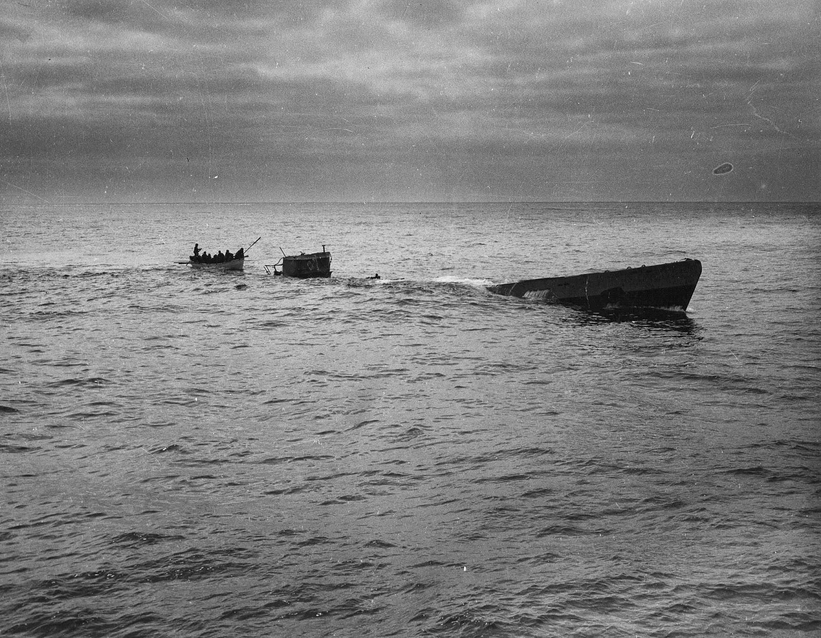 photos de sous-marin et de leur équipage Picking_survivors_off_U-175_1943-04-17_2