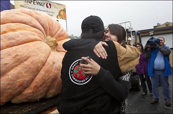 أمريكي يفوز بـ11 الف دولار بعد زراعته اكبر يقطينة تزن 773 كغم Biggest_Pumpkin_10
