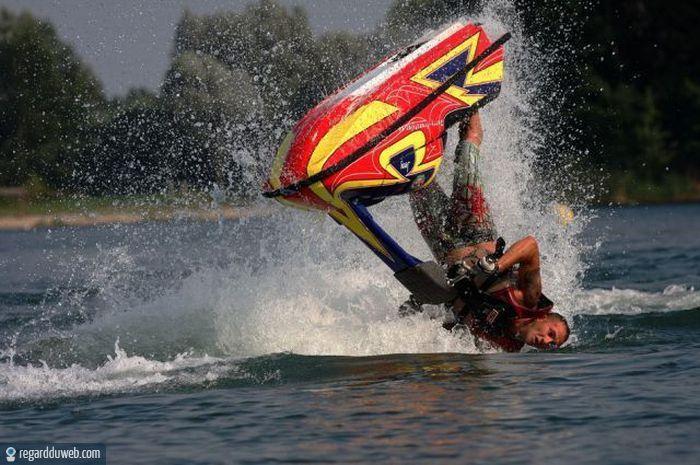 Vive le sport(surtout quand il nous fait rire) - Page 4 Humour-drole-insolite-sport-nautique-planche-bateau1