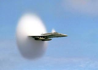 لماذا نشاهد ذيلا يشبه الغيمة عندما تخترق الطائرة حاجز الصوت؟ Sonicboomplane_navy_big