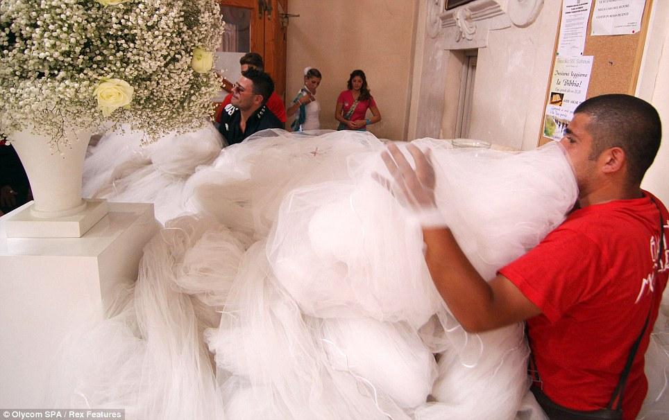 بالصور.. أطول «طرحة زفاف» في العالم طولها 3 كم Article-2041103-0E0D1CBD00000578-420_964x606
