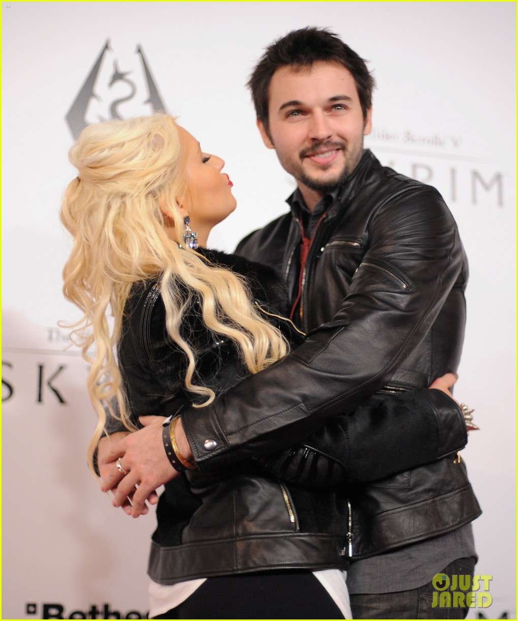 [Fotos+Video] Christina Aguilera: Elder Scrolls V: Skyrim Launch! 2011 Christina-aguilera-matthew-rutler-skyrim-launch-08