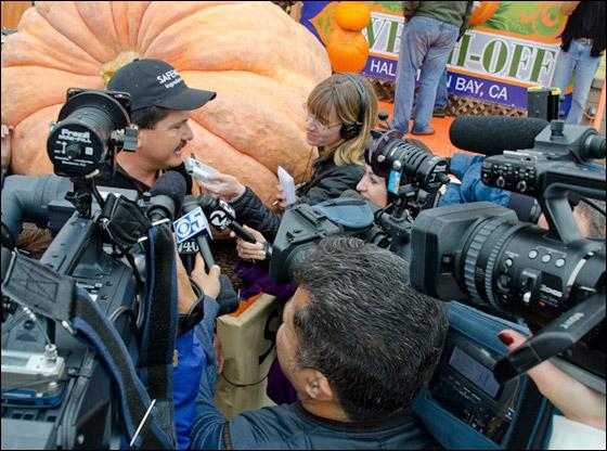 أمريكي يفوز بـ11 الف دولار بعد زراعته اكبر يقطينة تزن 773 كغم Biggest_Pumpkin_09