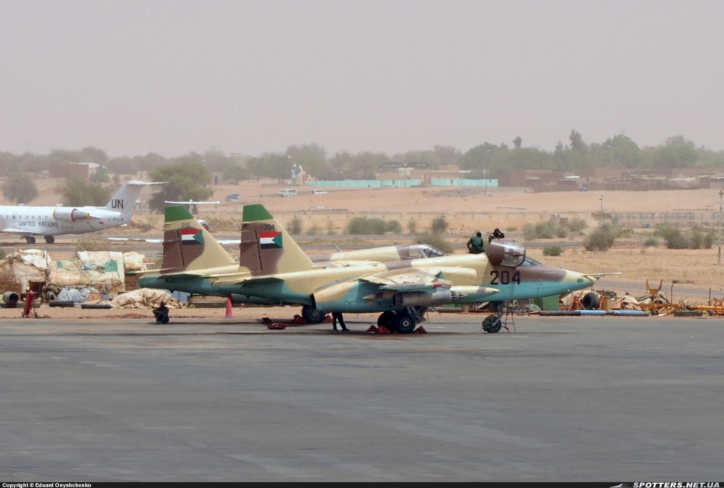 طائرة الدعم الجوي القريب .. Sukhoi Su-25 SUDAN%2BSU-25%2B204%2BLANZACOHETES%2B%2BEL%2BFASHER%2B14-03-2012