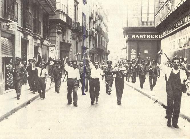 GUERRA CIVIL ESPAÑOLA, FRANQUISMO, Y DERIVADOS. - Página 4 19julio1936carabinerosymilicianosenbarcelona