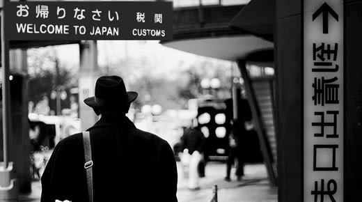Misterios - Página 3 A-strange-man-from-an-alternative-reality-arrived-in-japan-1954