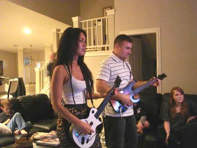 MEGAN FOX - Página 4 Megan-fox-guitar-hero-02