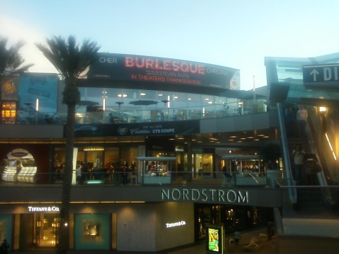 [Fotos] Comienza la Promo 'Burlesque' en las Salas de Cine (Reunamos Fotos) - Página 2 Santamo2