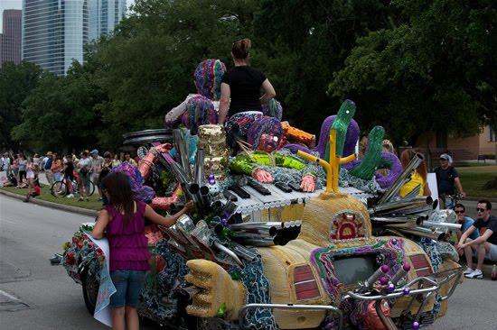 வித்தியாசமான கார்களின் அணிவகுப்பு. Houstoncarparade2010m