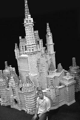 சீட்டுக்கட்டினால் செய்யப்பட்ட அழகிய வேலைப்பாடுகள்  Playing-card-sculptures-07