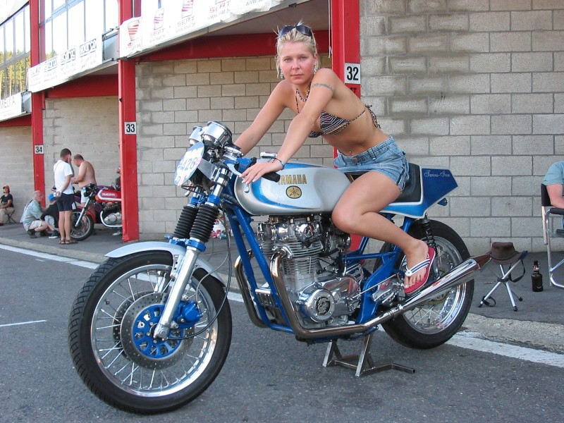 XS 650 - Page 2 Cafe-racer-babe-10