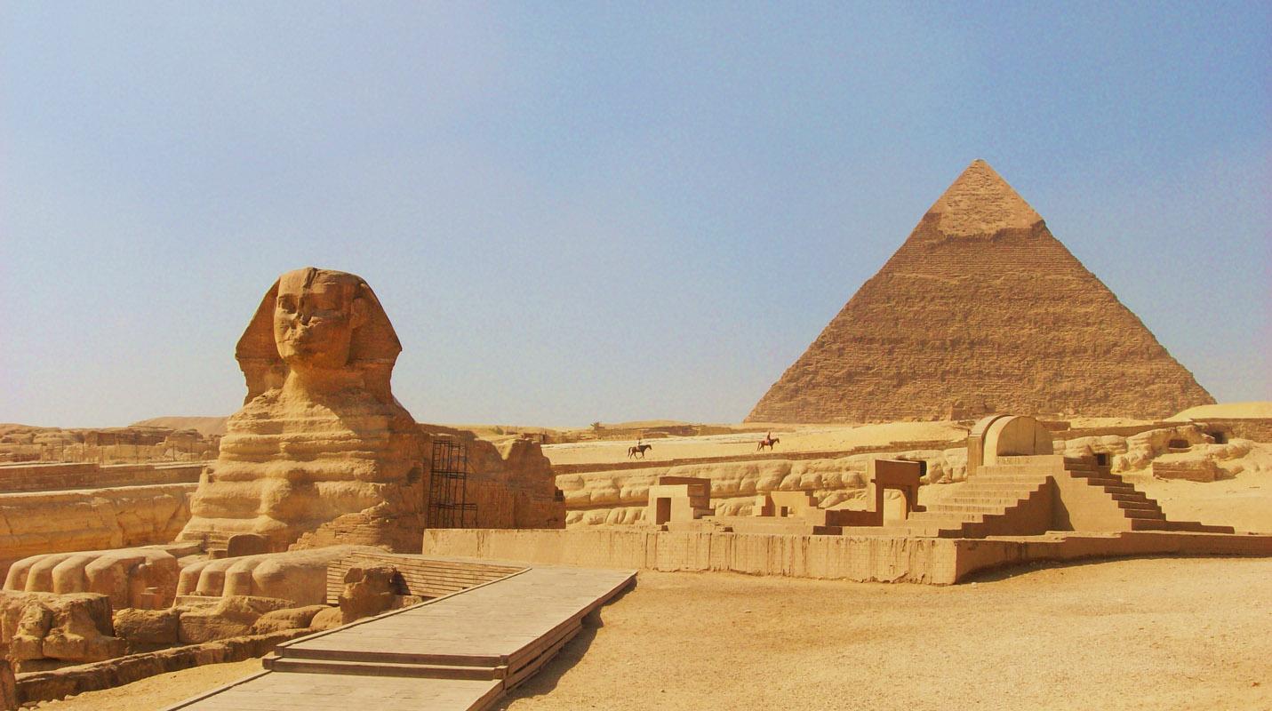 أهرام مصر.. The-sphinx-at-gizacairo-in-egypt-with-the-pyramid-of-chephren-khafre-in-the-background