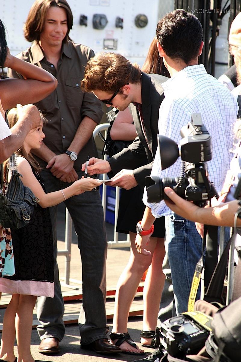 Teen Choice Awards y People's Choice Awards 2009 - Página 2 Gallery_enlarged-robert-pattinson-teen-choice-awards-4-2009-08102009-04