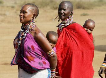 .. un viaje a la sabana africana ... Mujeres_Masai_pasean_hijos_Kenia