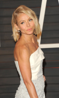 """Kelly Ripa """"2015 Vanity Fair Oscar Party hosted by Graydon Carter at Wallis Annenberg Center for the Performing Arts in Beverly Hills"""" (22.02.2015) 48x  0qB18G3K"""
