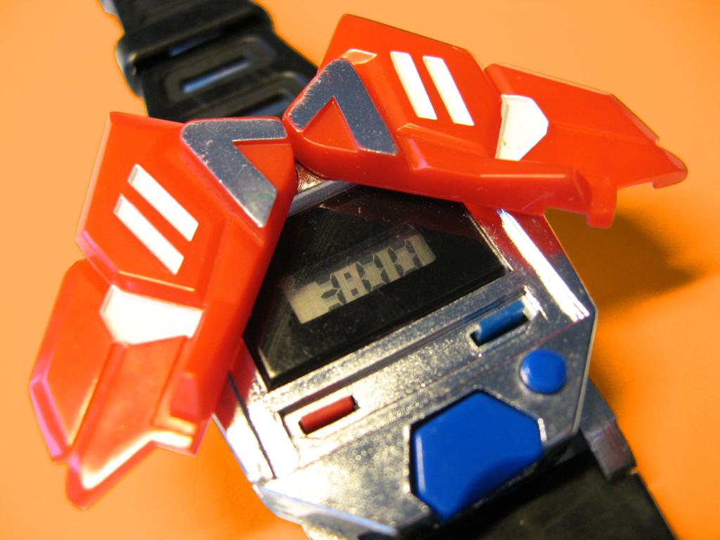 Produits dérivés TF de l'année: Circuit de Train/Voiture, 45 tours, Jeu de société, Espadrilles, Calendrier, Porte-clé, Tasse de café, etc - Page 2 Transformers-time-warrior-watch-closeup-copy