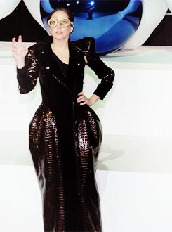 Lady Gaga >> artRave [10/11/13] Tumblr_mw2syd6Ddu1qdmb8eo1_r1_250