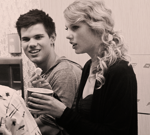 Taylor Swift and Taylor Lautner. Tumblr_lvds99XemX1qh44xeo1_500