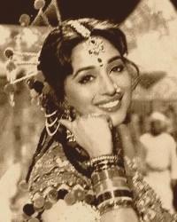 Madhuri Dixit - Stránka 10 Tumblr_m42a19NrDN1r4ztxso6_250
