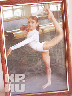 Viktoria Komova - Página 2 Tumblr_m8cb8sPHtU1rd0q1lo4_250