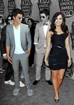 Joe Jonas and Demi Lovato. Tumblr_lgf2rttZvH1qh23xqo1_250
