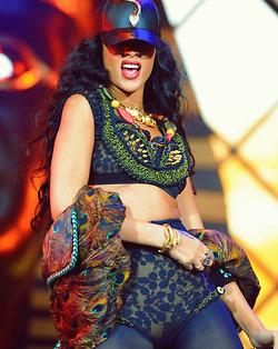 Rihanna .  - Page 37 Tumblr_m74jhggzIG1qgy8r3o1_250