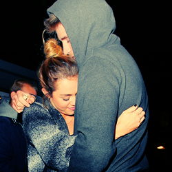 Miley Cyrus and Liam Hemsworth. - Page 4 Tumblr_ly444mhSdH1r31a2qo1_250