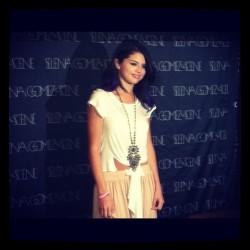 Selena Gomez - Σελίδα 3 Tumblr_ly55awJf3Q1qdzns6o1_250